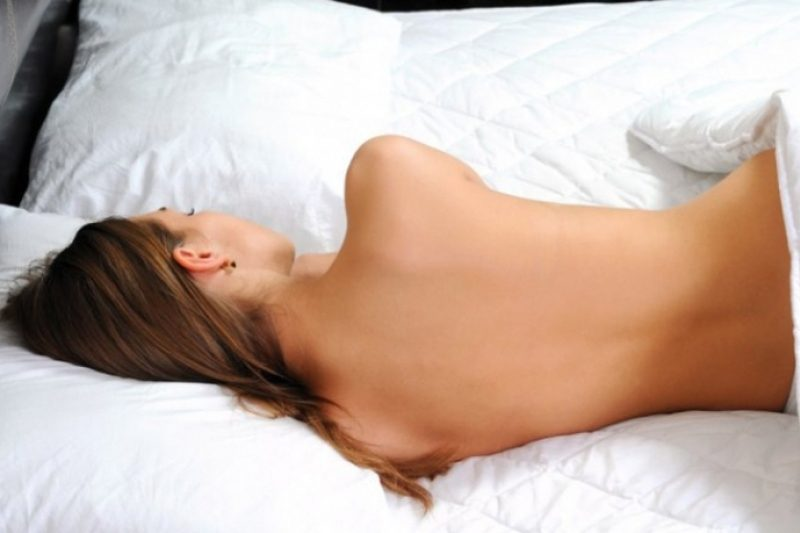 Спать голим фото женские